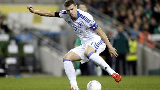 Edin Dzeko le bajó los pantalones a un rival y fue expulsado