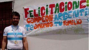 Recibimiento. Ayer por la mañana arribó a Paraná y su gente le hizo una gran bandera por su logro nacional.
