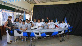 Parte de la comunidad educativa de la escuela Primaria de Villa Urquiza posando con la nueva piragua. Foto UNODiego Arias.