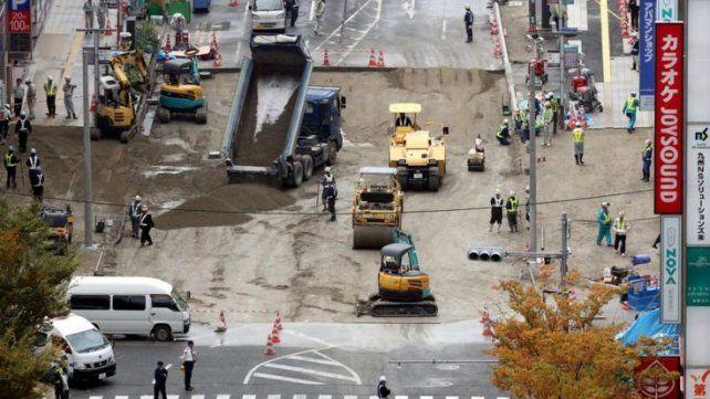 Cómo Japón reparó en sólo dos días el enorme socavón que se había tragado una avenida