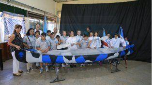Piragua nueva. La escuela de Villa Urquiza recibió ayer la donación de los chicos de la EET Nº 100.