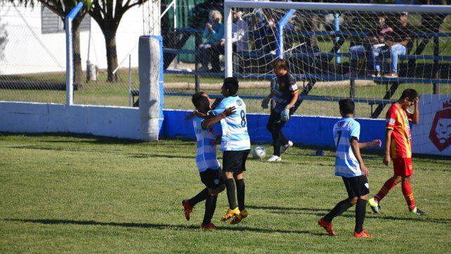 Así festejaba Belgrano el primer gol en el Nuevo Estadio Mondonguero convertido por Hernán Pitu Claro.