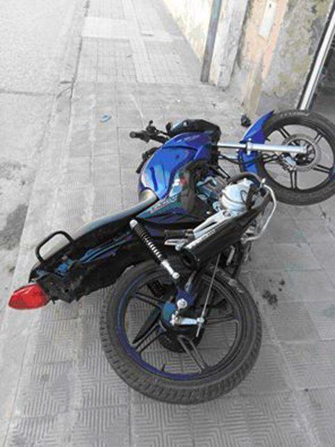 Motociclista chocó, se golpeó la cabeza con una casa y sufrió heridas graves