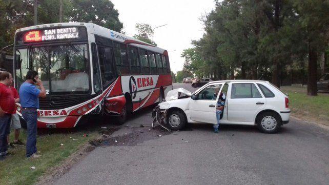 Un hombre fue hospitalizado tras chocar un auto contra un colectivo