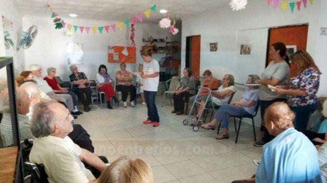 En Centro de Día. Alumnos de la ESJA Guido Marizza expusieron clásicos literarios a los abuelos.