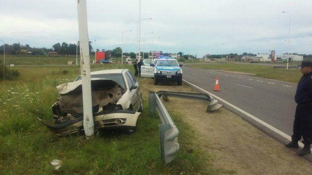 Un joven fue hospitalizado tras chocar un auto contra una columna