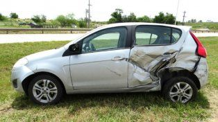 Un auto volcó tras intentar pasar una camioneta en la ruta 14