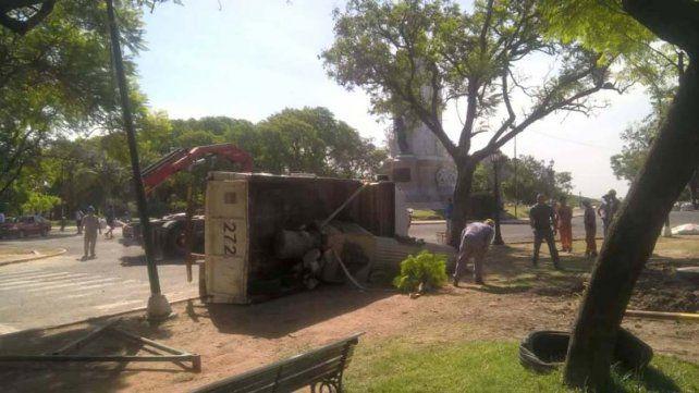 Volcó el camión que trasladaba el monumento de los masones