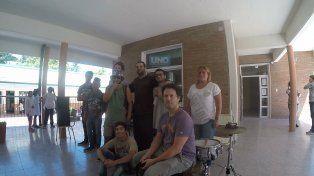 La vicerrectora junto a los estudiantes y músicos del Taller de Arte Urbano. Foto UNO.