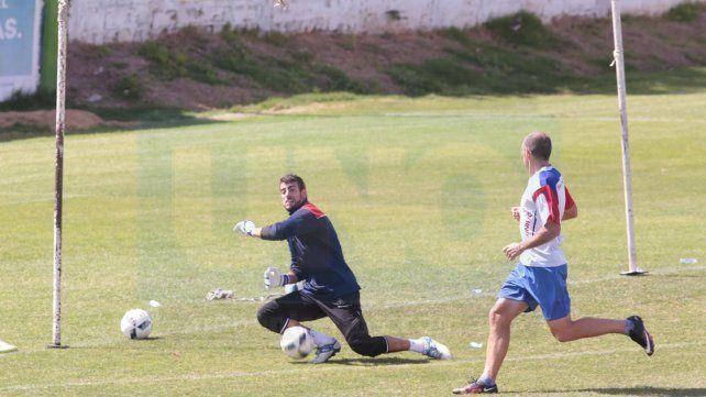 Federico Cosentino defenderá esta noche la valla de Atlético ante la suspensión de Yair Bonnín.