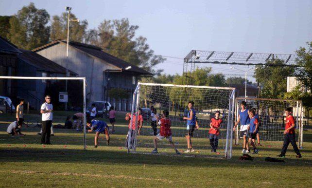 Los chicos juegan al handball. Foto prensa Municipalidad de Urdinarrain.