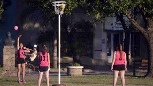 En Urdi las chicas juegan al cestoball. Foto prensa Municipalidad de Urdinarrain.