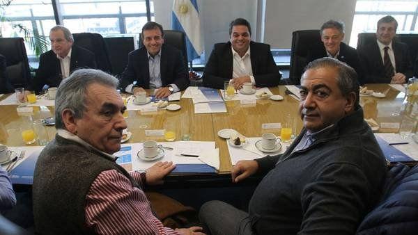 Nación, empresarios y CGT firmaron un acuerdo para evitar despidos