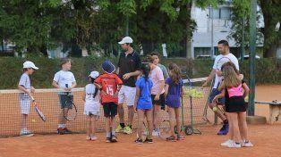 Los chicos que practican a diario en las canchas del club Estudiantes de Paraná.