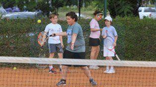 A la espera. Los profesores saben que ganar la Davis le dará un impulso a los chicos para sumarse al deporte.