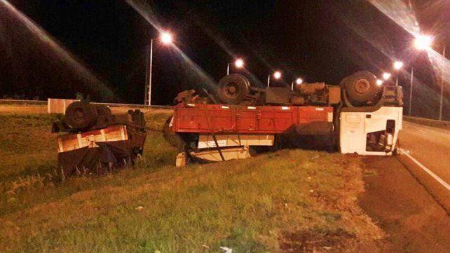 Camionero se durmió al volante y volcó al norte de Concordia