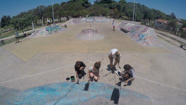 Las primeras pinceladas de un enorme graffiti que embellecerá le parque. Foto UNO. Juan Manuel Kunzi.