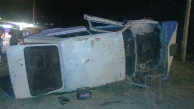 Un muchacho perdió el control del auto y volcó