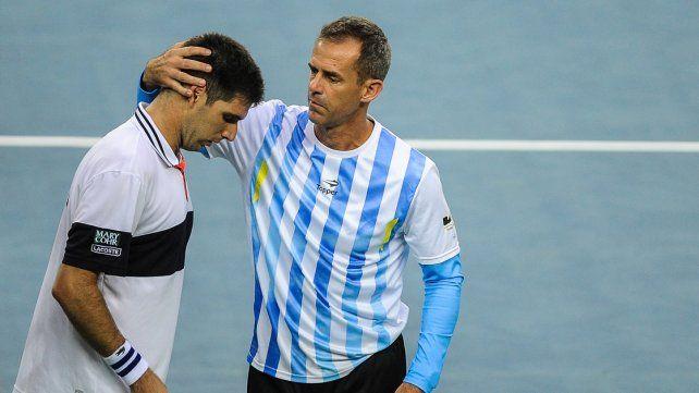 El capitán del equipo Daniel Orsanic saluda a Delbonis.