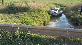 Despiste en la ruta nacional 12: El vehículo quedó en una zanja con agua