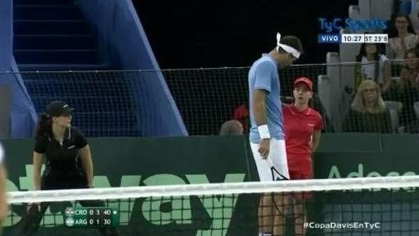 Juan Martín del Potro le pregunta a la chica que recibió el pelotazo si está bien.