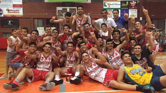 Los chicos celebran la conquista en su casa. Matías Solanas la rompió (35 puntos). Seigorman