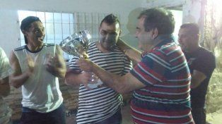 El plantel de Sportivo Urquiza recibió la copa