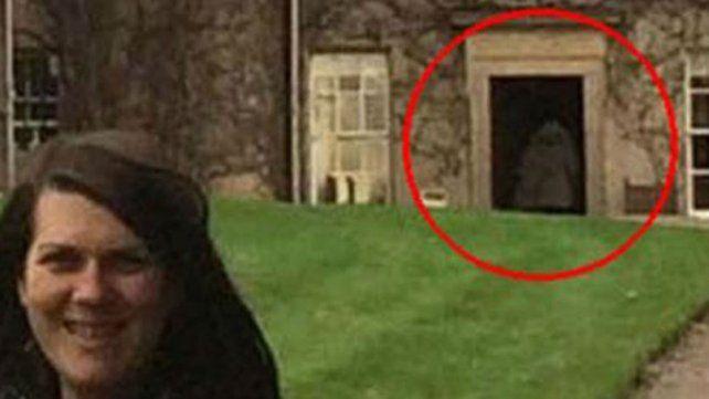 La misteriosa madre fantasma que aparece en una fotografía
