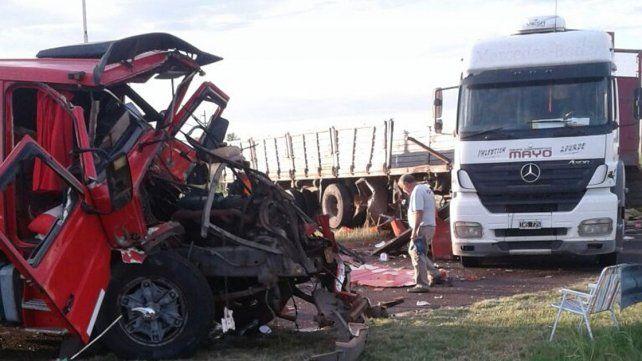 Impactante. El conductor del Scania fue internado.
