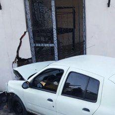 Perdió el control del vehículo y se estrelló contra la casona del Puerto de la Memoria