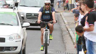 Hoy un ciclista recorriendo las calles de Paraná en su Día. Foto UNO Juan Ignacio Pereira.