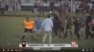 Salvaje agresión de jugadores a árbitro en un partido por el ascenso