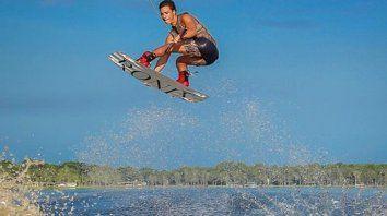 Agus Fontana volando sobre el río Paraná.