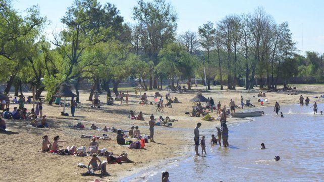 Para disfrutar. El balneario municipal de Paraná fue el más elegido en el primer día del verano.