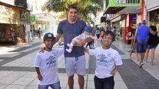 AL PASAR. Los jugadores de la Selección se encontraron ayer con el defensor de Patronato, Lucas Márquez y su hija.