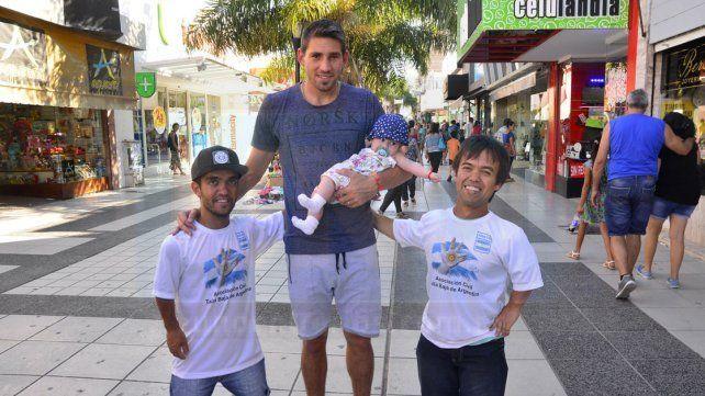 AL PASAR. Los jugadores de la Selección se encontraron ayer con el defensor de Patronato