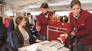 Las azafatas consultan a los pasajeros por el menú a servir.