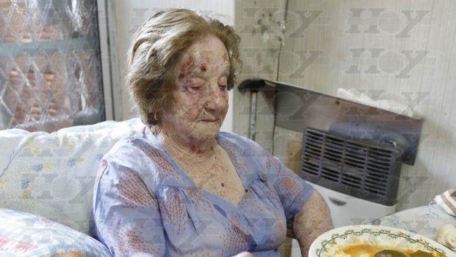La jubilada en su casa de La Plata. Foto Hoy.
