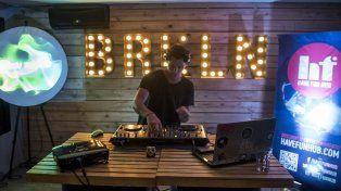 El DJ localAgustín Toffolinifue presentado como el futuro de la música electrónica en la región. Foto gentileza Diego Páramo.