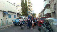Los policías ayer rodeando a un motociclista. Foto UNO.