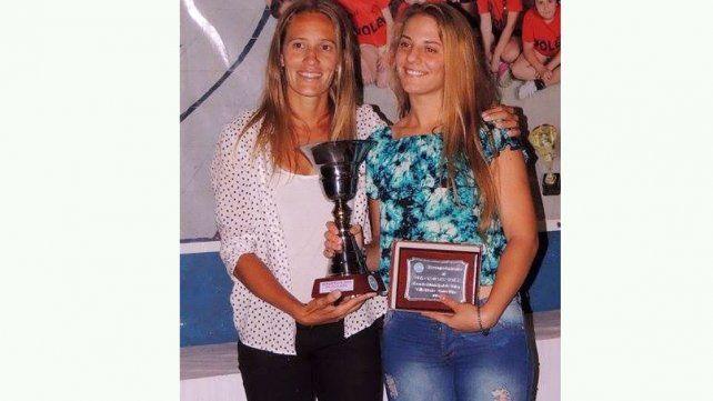 Destacada. Ana Gallay le entregó el premio a Ailén Tonutti como la mejor deportista del año de la Escuela Municipal de Valle María.