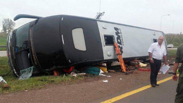 Dos personas murieron tras volcar un colectivo en la ruta nacional 14