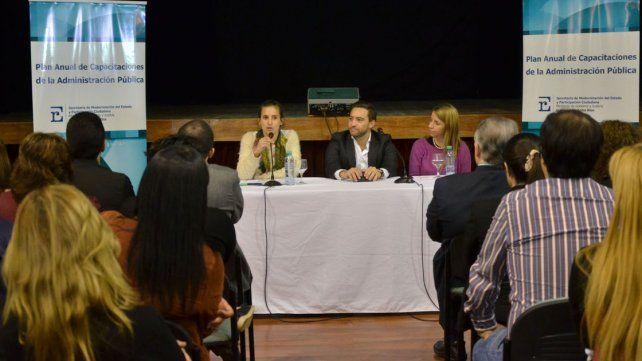 Anuncio. El ministro Urribarri junto a la funcionaria Escandón.