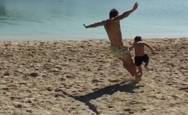 Sin piedad: la terrible patada del Papu Gómez a su hijo en la playa