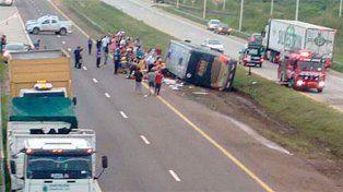 Detuvieron al conductor del colectivo que volcó en la Autovía Gervasio Artigas