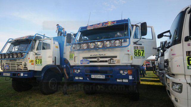 Los primeros. En la zona portuaria de la capital santafesina fueron ubicado los vehículos del Dakar 2017.