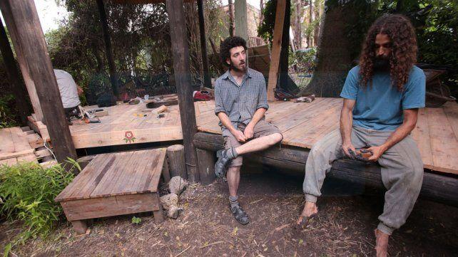 Amigos levantan una casa a base de madera y barro en Paraná