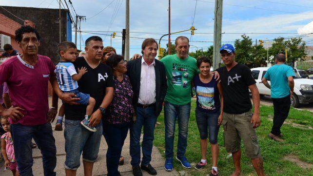 Con los vecinos. La obra transformó esa zona este de Paraná.