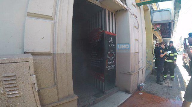El humo seguirá saliendo del local porque tiene poca ventilación. Foto UNO.