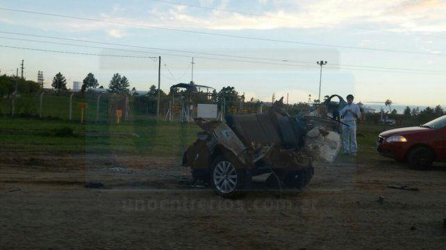 Un auto se partió por la mitad y el conductor sufrió graves heridas
